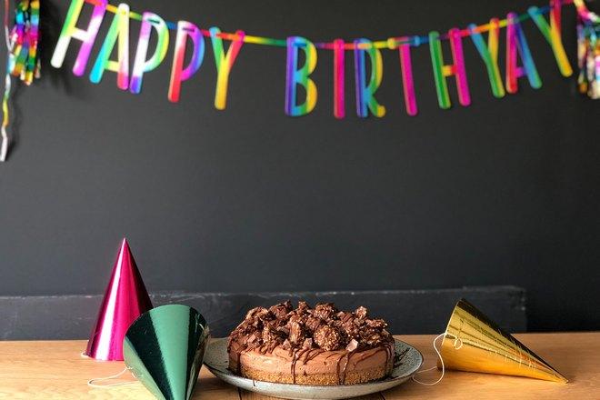 Торт и поздравительная гирлянда