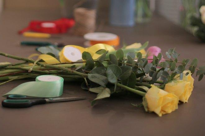 Желтые розы на столе