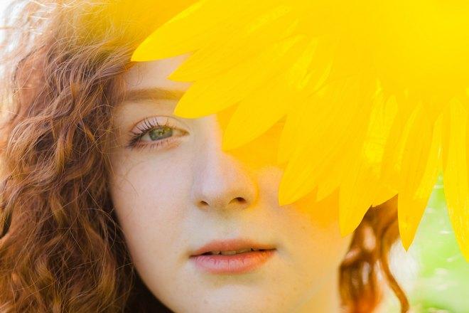 Желтый цветок возле лица