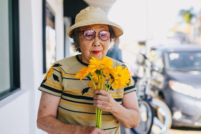 Женщина с желтым букетом