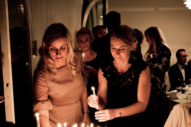 Зажгли свечи на торте