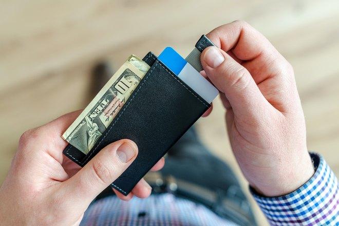 Кошелек с деньгами в руках