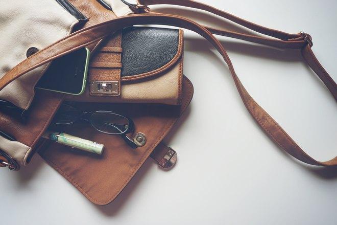 Кошелек в сумке с ремешком
