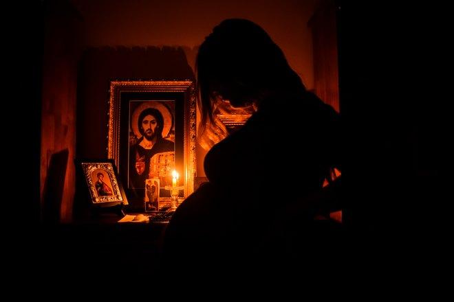 Беременная возле икон