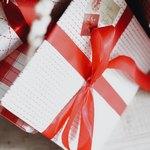 Подарок с красной лентой