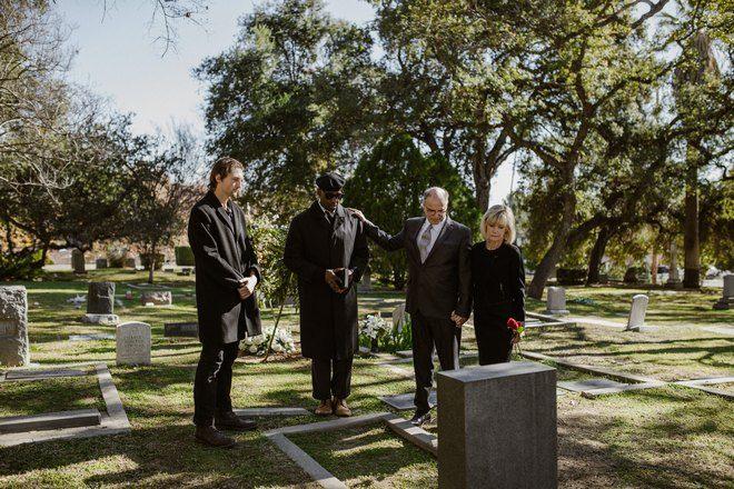 4 человека на похоронах