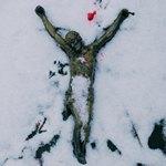 Фигурка Христа на снегу