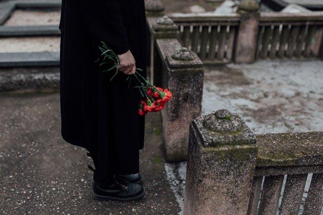 Гвоздики на похоронах