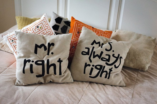 Две подушки с надписями