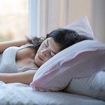 Спящая темноволосая девушка