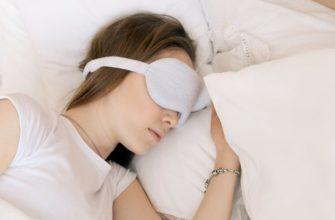 Девушка спит на нескольких подушках
