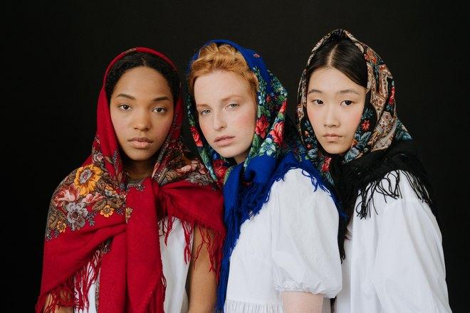 Девушки в старинных нарядах