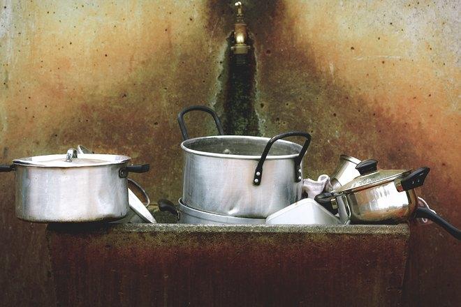Гора посуды в раковине