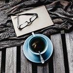 Чашка чая и очки