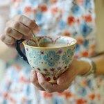Чай и ложка в чашке с цветочками