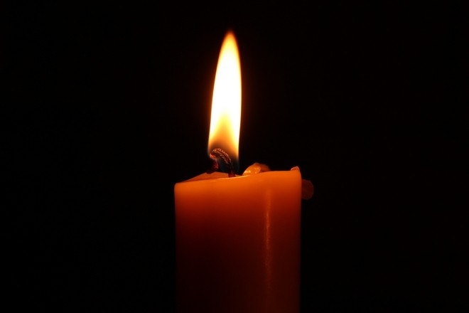 Свеча горит в темноте
