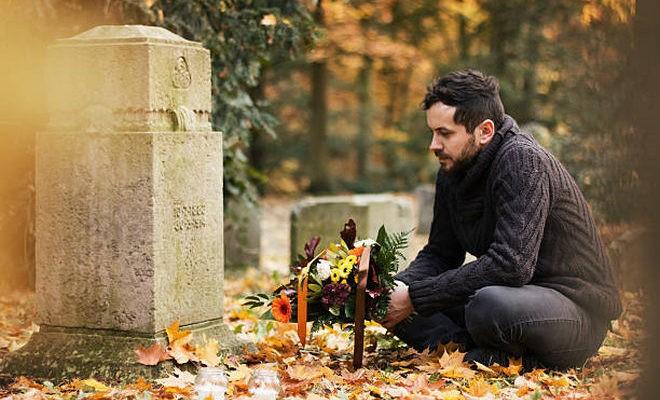 Мужчина на кладбище