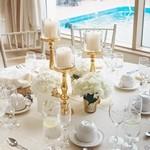 Стол с белой скатертью