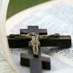 Распятие на Библии