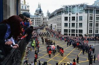 Похоронная процессия на площади