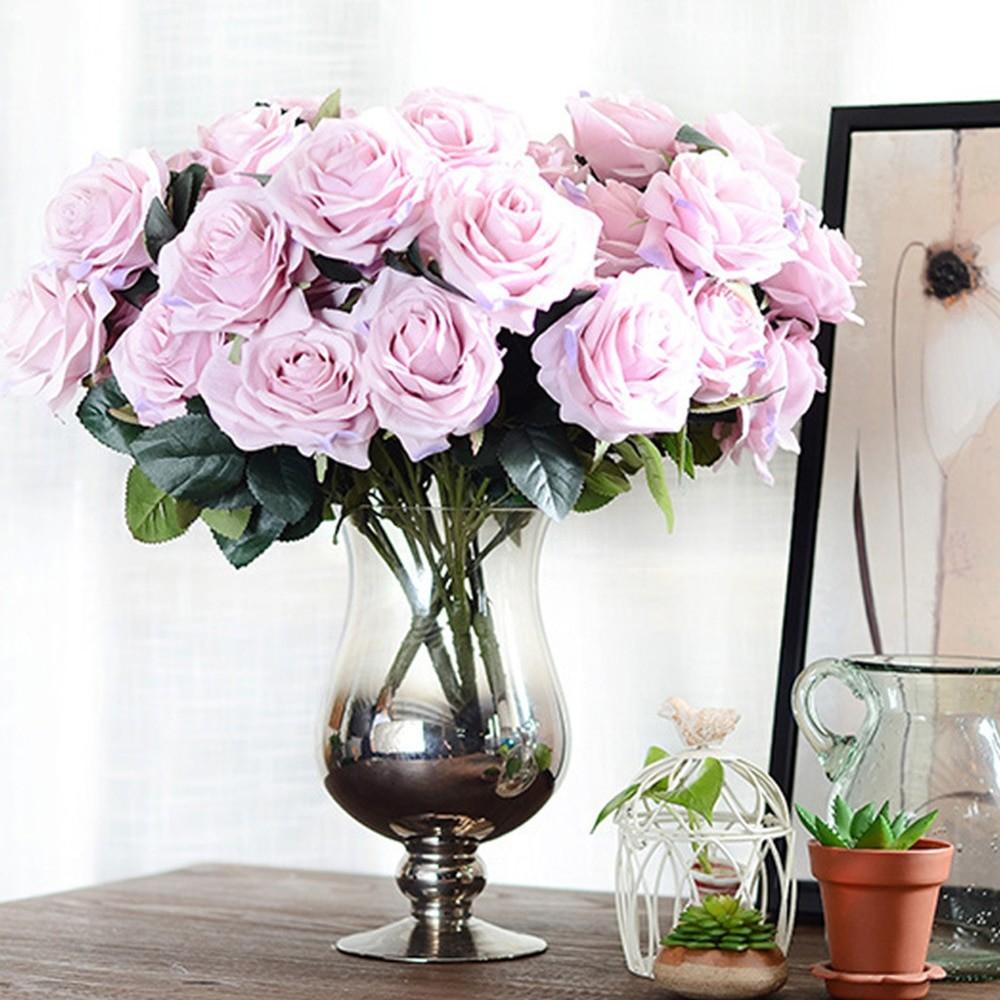 Искусственные розы в вазе
