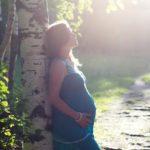 беременная девушка возле берёзы