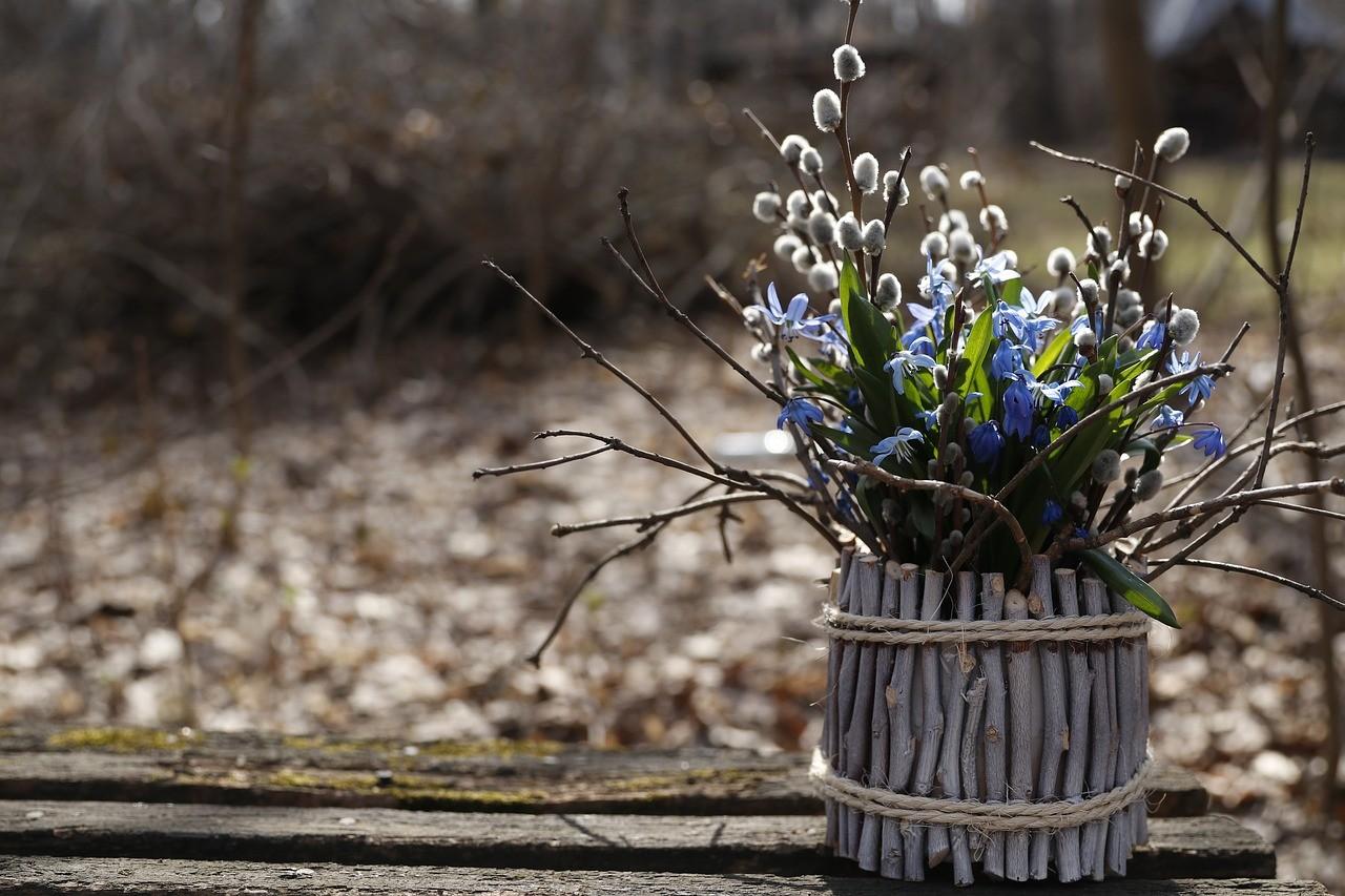 ветки вербы и цветы