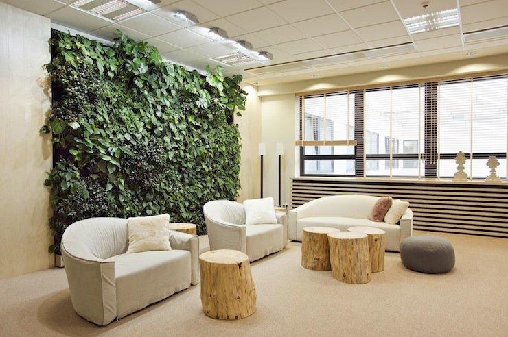 Оформление стены искусственными растениями