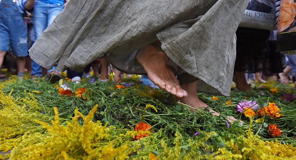 Девушка ходит босиком по траве