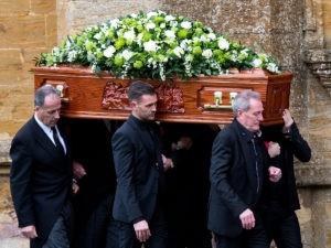 Мужчины несут гроб