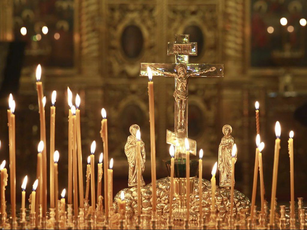 горящие свечки в церкви