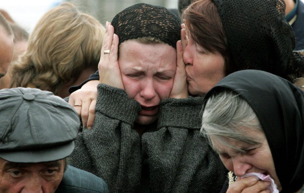 Девушки плачут на похоронах