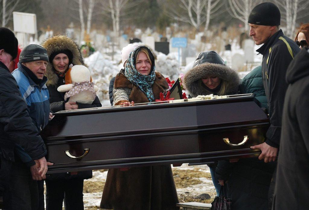 Рабочие несут гроб