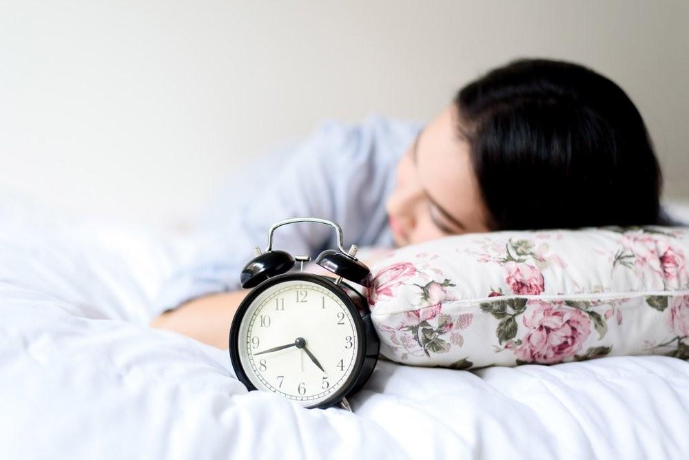 Девушка спит днем