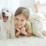 Девочка играет со щенками