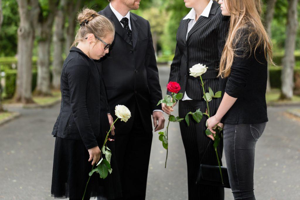 Люди на похоронах