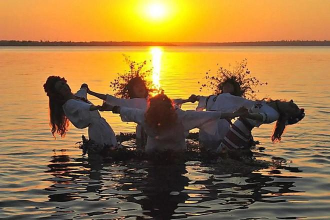 Девушки в воде на Ивана Купала