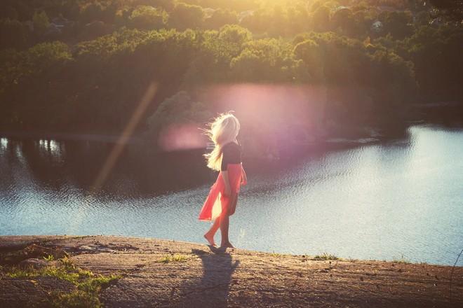 Девушка на берегу реки