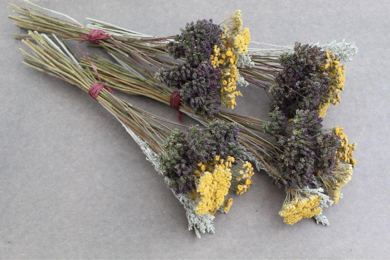 букеты сухих цветов лежат на столе