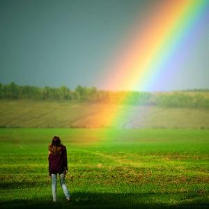 девушка смотрит на радугу