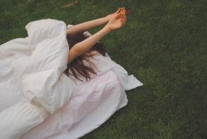 девушка спит на поле