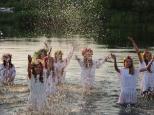 девушки в воде