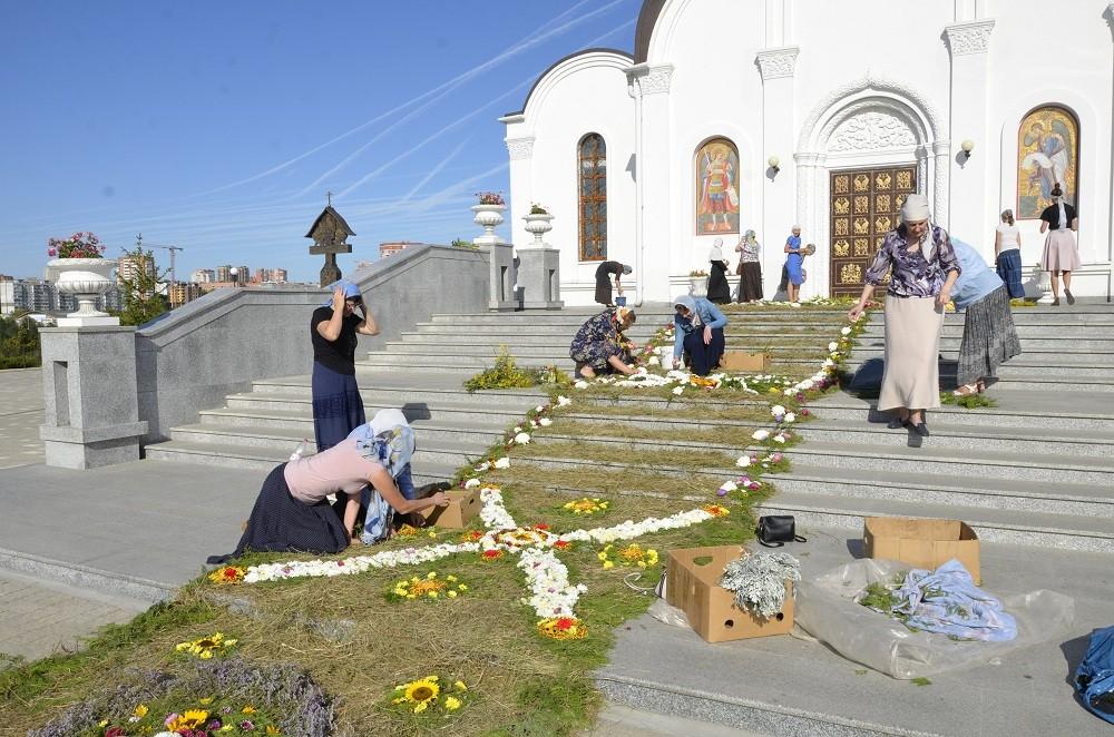 дорожка из цветов перед храмом