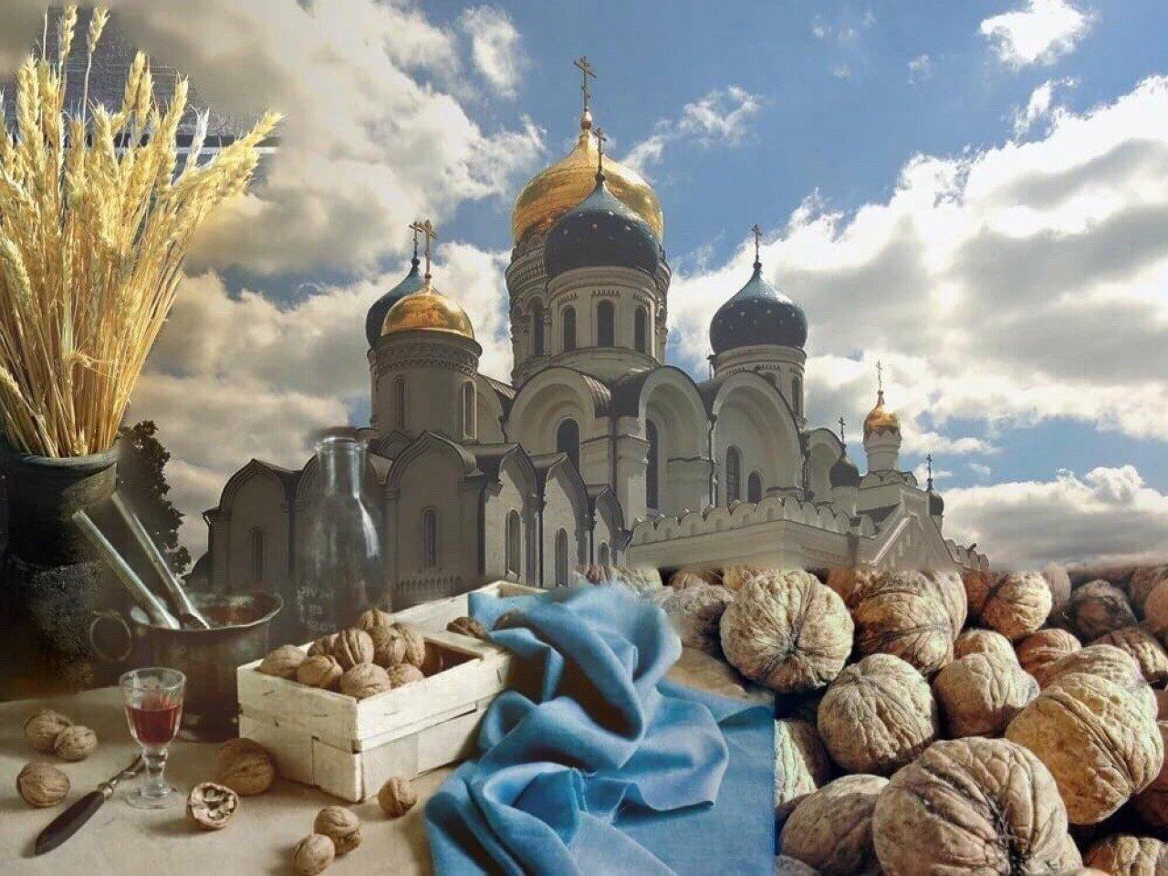 орехи лежат на фоне неба