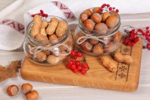 орехи на кухонной доске