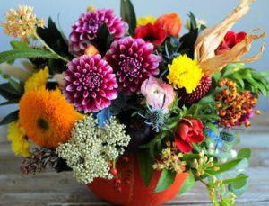 сухие цветы в корзинке