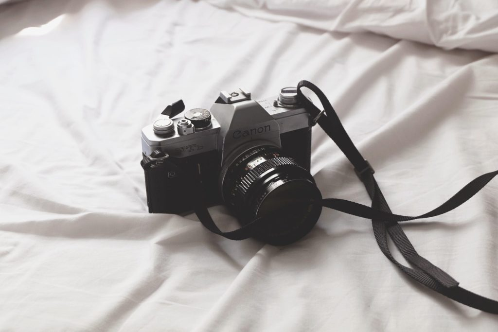 фотоаппарат на кровати
