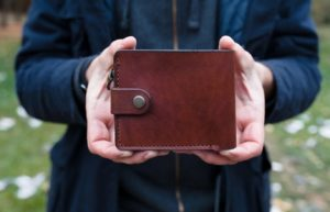 коричневый кошелек в руках