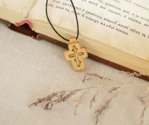 крестик рядом с библией