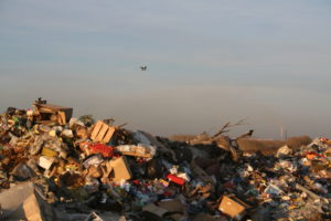 мусорная свалка на закате